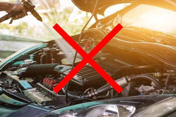 هرگز موتور خودرو را با استفاده از آب نشویید!